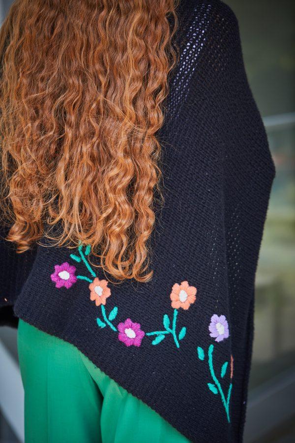 Mit Blumen bestickter Schal Rückenansicht